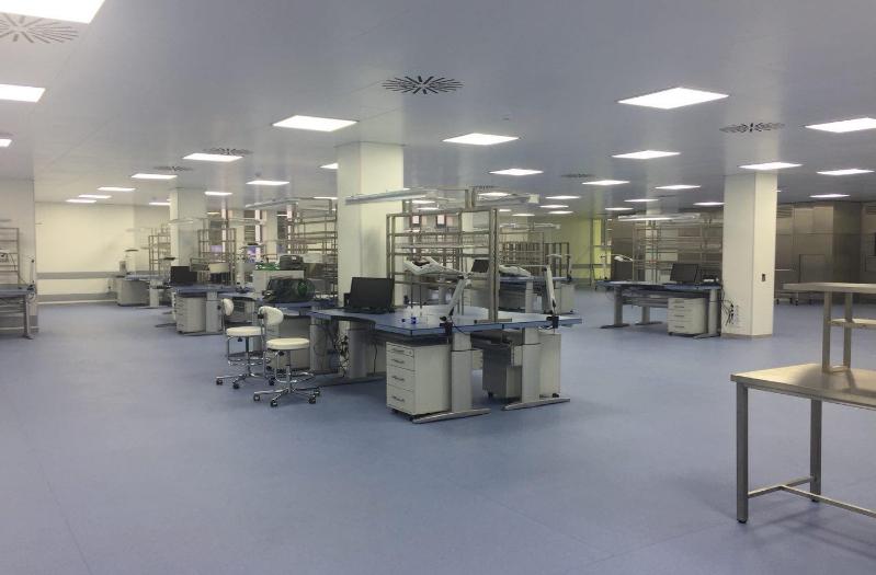 Чистая зона оснащена упаковочными машинами и однострочными матричными принтерами, резаками и транспортерами, и для упаковки инструментов. Здесь инструменты упаковываются и передаются на стерилизацию. Рабочие зоны оснащены специальными компьютерами, сканерами, осушителями, эргономичными рабочими столами и креслами